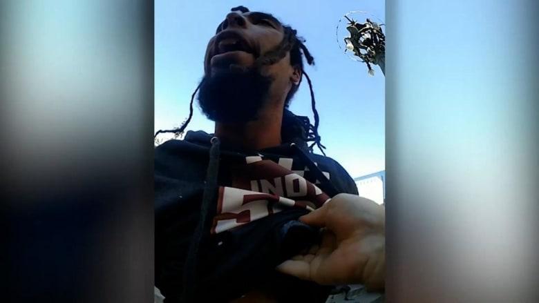 فضحته الكاميرا.. شاهد شرطي أمريكي يركل رجلًا على رأسه أثناء اعتقاله