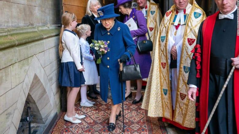 شاهد ملكة بريطانيا متكئة على عكاز لأول مرة