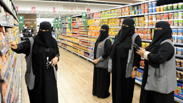 صورة أرشيفية لنساء سعوديات يعملن في سوبرماركت في مدينة جدة