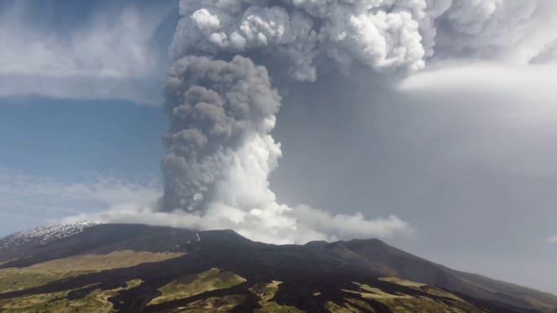 """بركان جبل """"إتنا"""" في إيطاليا يرسل أعمدة ضخمة من الرماد البركاني في السماء"""