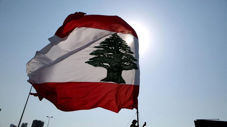 رفع العلم اللبناني خلال مراسم إحياء ذكرى في ميناء العاصمة اللبنانية بيروت في 4 أغسطس / آب 2021 ،
