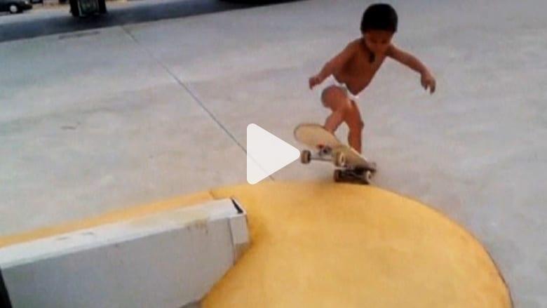طفل السنتين يتباهى بقدرته على التزلج