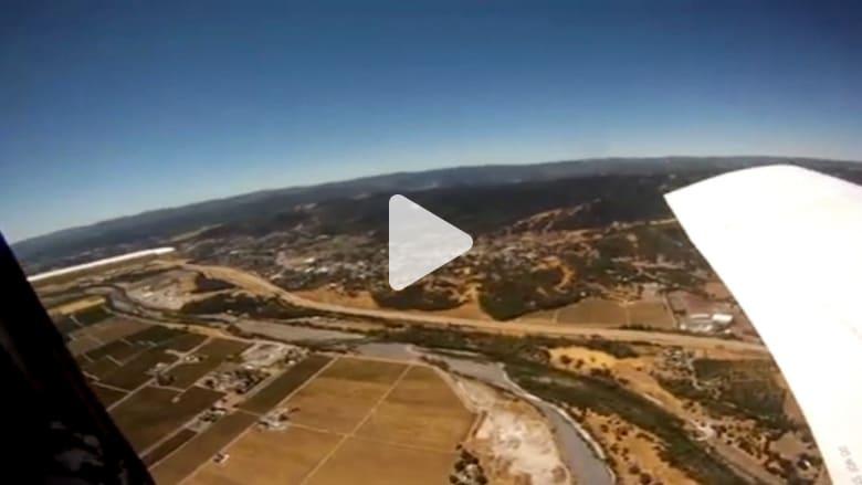 كاميرا تسقط من على متن طائرة في مزرعة