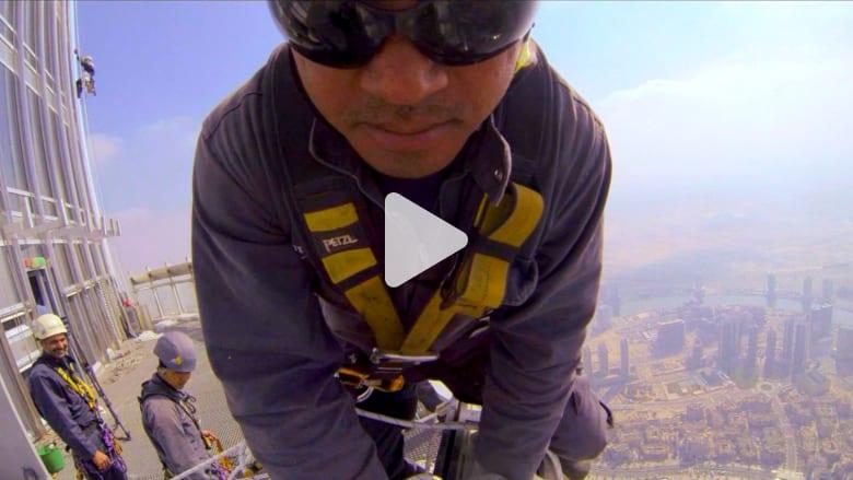 كيف ينظف زجاج أعلى مبنى في العالم؟
