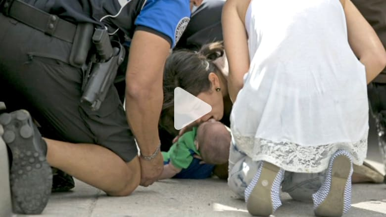 إنقاذ طفل توقف تنفسه وسط شارع مزدحم