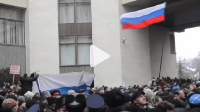 بالفيديو.. العلم الروسي يرفرف أمام برلمان القرم بأوكرانيا