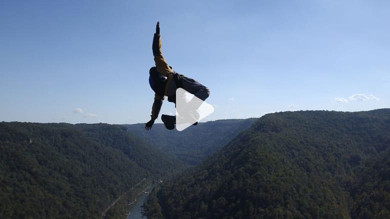 مجازف ينوي القفز من أعلى قمة في العالم