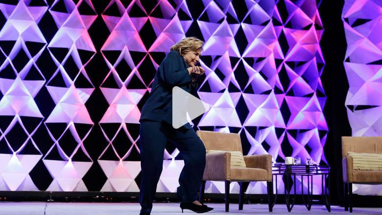 ملاحقة قضائية لسيدة أمريكية رمت هيلاري كلينتون بالحذاء