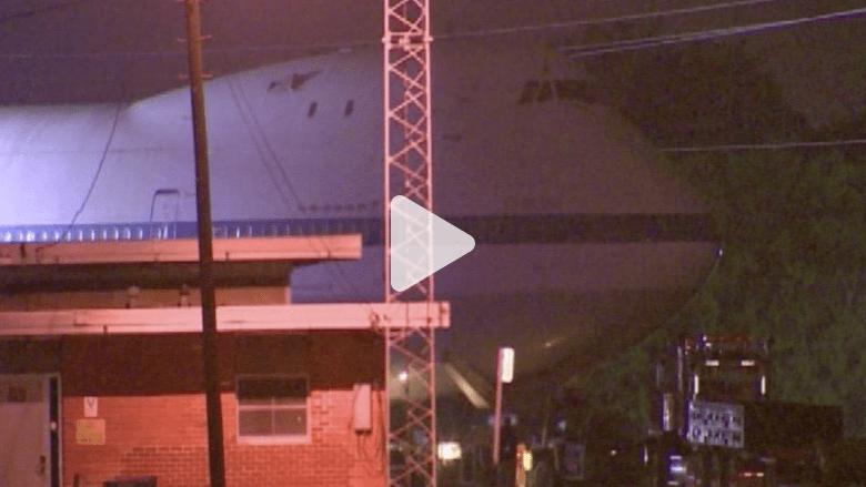 بالفيديو.. طائرة بوينغ ضخمة تعبر شوارع هيوستن
