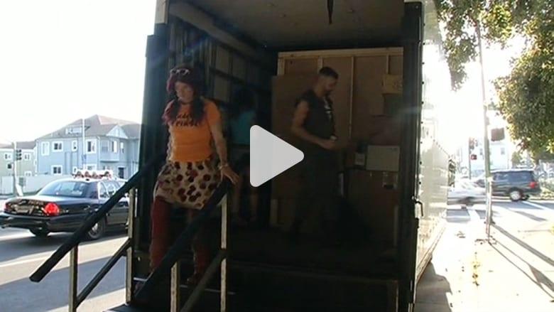 شاحنة توفر غرفا متنقلة للقاءات الحميمة