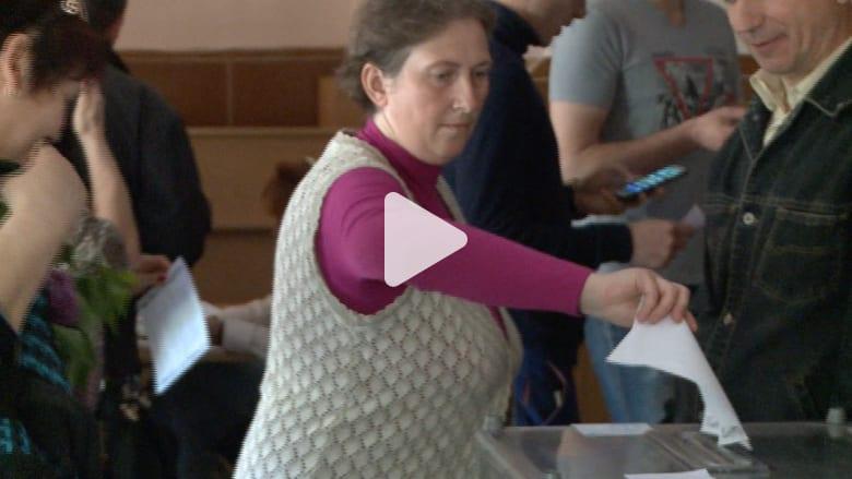 أشخاص يدلون بصوتين في دونيتسك