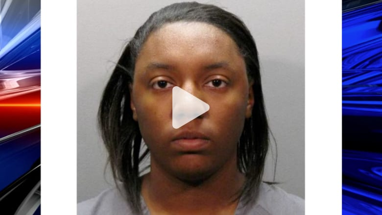 اعتقال أم حبست طفلتها في حقيبة داخل سيارة مغلقة
