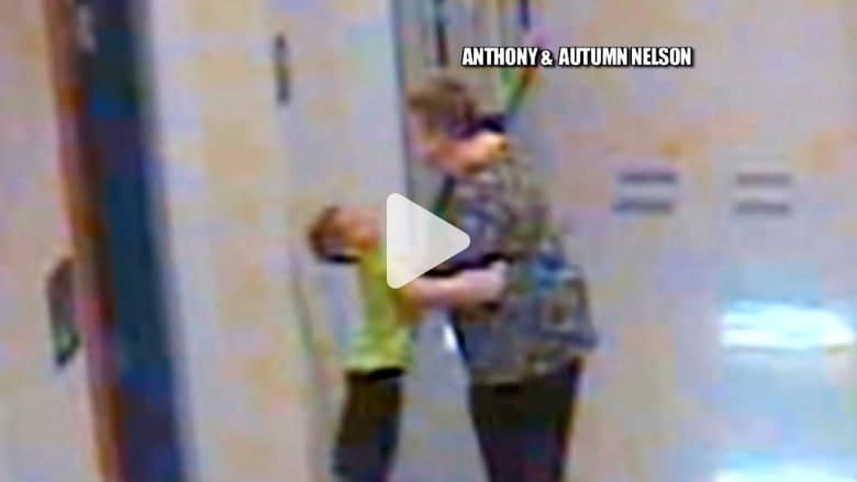 معلمة تمسك بعنق طالب في السادسة وتدفعه على الحائط