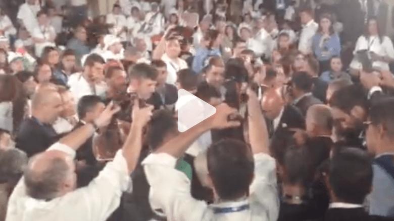 اللاجئون يتدفقون على البابا فرانسيس في ختام جولته الى المغطس