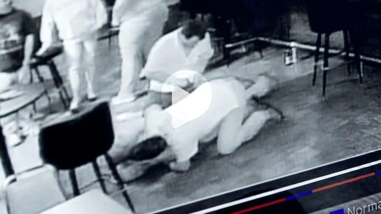 رجل يسرق آخر أثناء تعرضه لنوبة قلبية