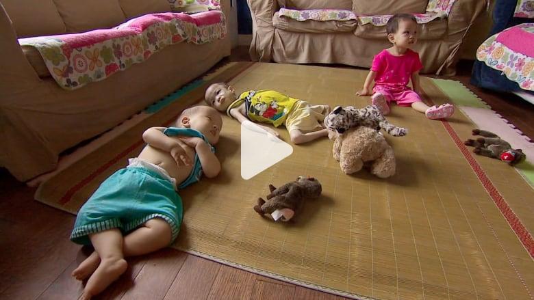 ما هي أسباب إلقاء الأطفال في حاويات النفايات أو على قارعة الطريق؟