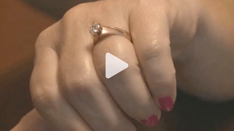 كلب يقود مالكته للعثور على خاتم زواجها بعد 5 سنوات من فقدانه
