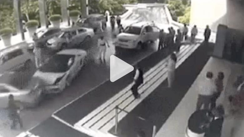 سائق خدمة صف السيارات يحطم سيارة لامبورغيني
