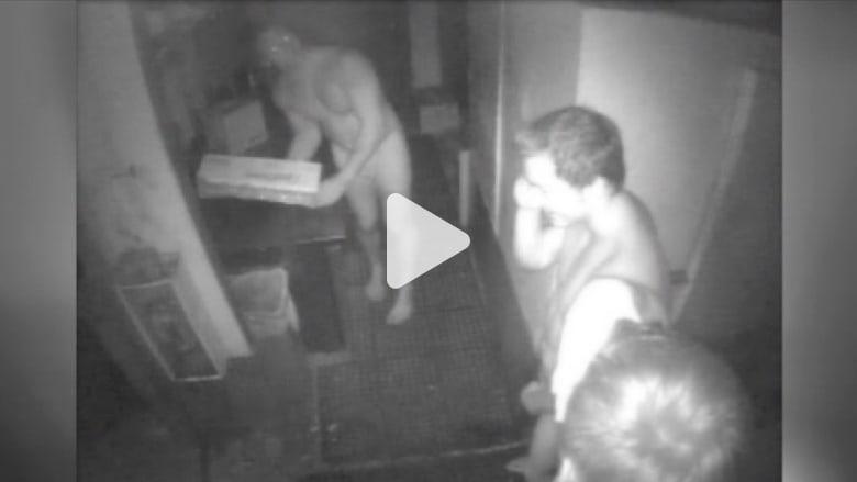 كاميرا تصور لصوصاً عراة خلال سرقتهم لمطعم