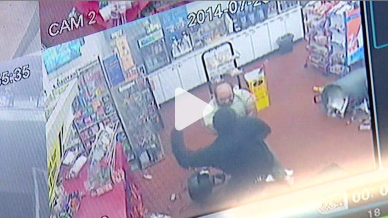 بالفيديو.. موظف يواصل مواجهة مسلح بعد إصابته بطلق ناري