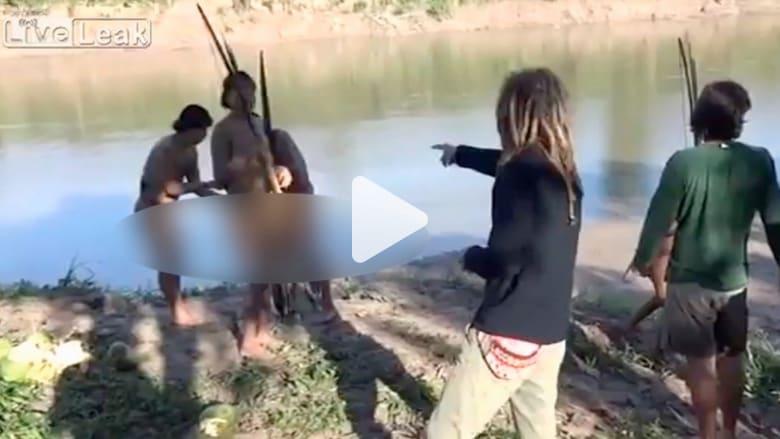 أفراد قبيلة يتصلون مع العالم لأول مرة.. شاهد كيف يتصرفون