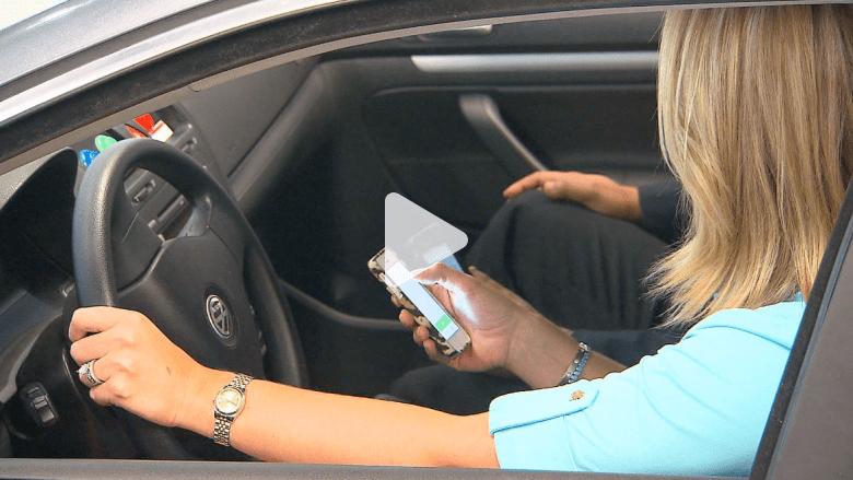 خطورة الاتصال والرسائل أثناء القيادة .. كيف تختلف نتائجها من شخص لآخر؟