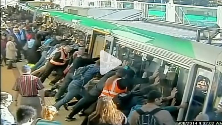 50 شخصا يدفعون قطارا يزن 90 طنا لتحرير راكب علق بينه وبين سكة الحديد