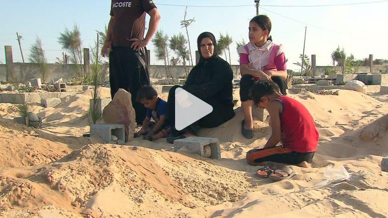 هكذا يدفن قتلى غزة بعد أن استنفدت القبور