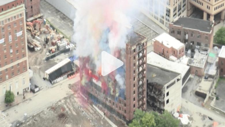 بالفيديو.. تدمير احتفالي بالألوان لفندق تاريخي  في أمريكا