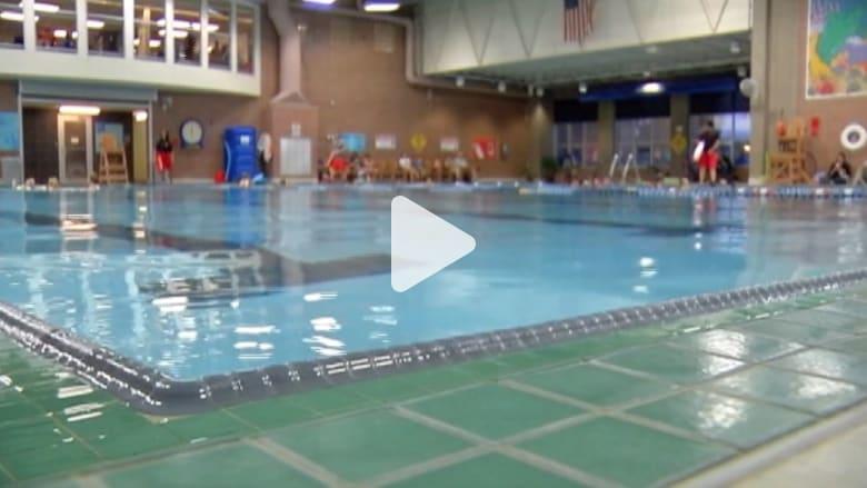 أم تسأل: لماذا يجب أن أكون نصف عارية لأتمكن من السباحة؟
