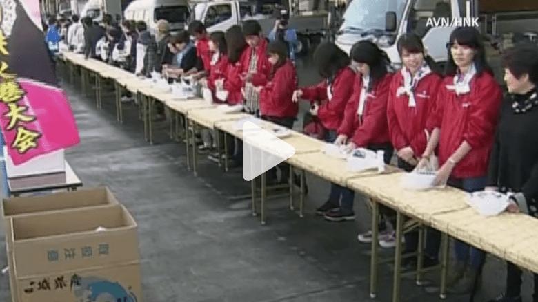 """مدينة يابانية دمرها تسونامي 2011 تخطف الأضواء بـ""""أطول لفافة سوشي"""""""