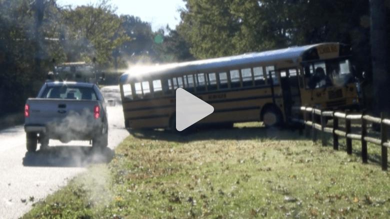 سائقة حافلة مدرسة تموت خلف عجلة القيادة وهي تنقل الطلاب