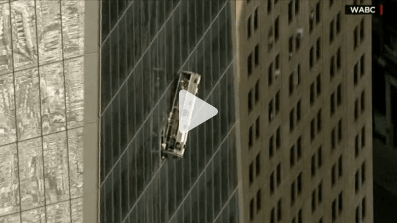 شاهد .. سقالة تنهار بعاملين ينظفان واجهة أعلى مبنى في أمريكا