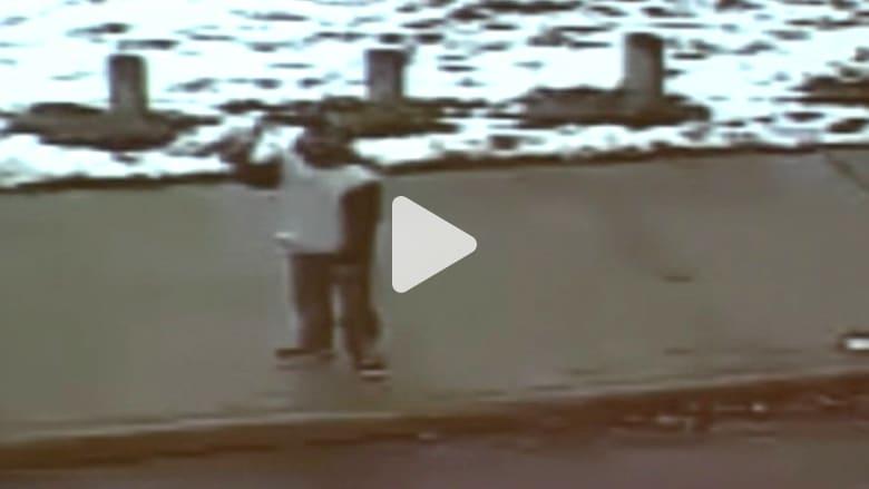 بالفيديو.. طفل يحمل مسدس لعبة فتطلق عليه الشرطة النار