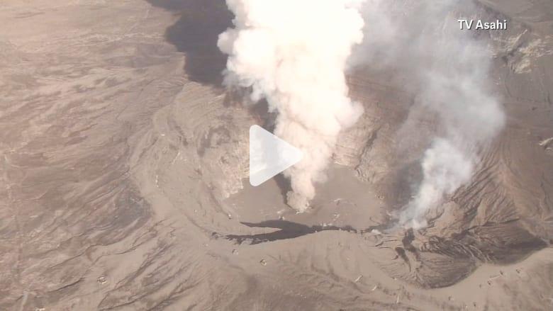 شاهد .. دخان وحمم بركانية على ارتفاع 1000 متر في الجو تعيق حركة الطائرات