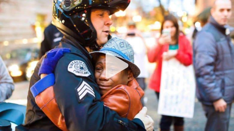 ما قصة العناق الذي انتشر حول العالم بين صبي وشرطي أمريكي؟