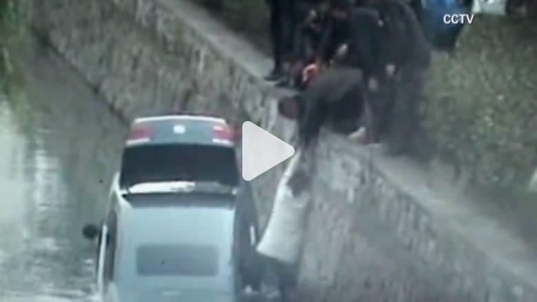 مقتطفات بالفيديو من حول العالم.. إنقاذ امرأة من الغرق ولص يفشل بسرقة بنك وأكبر شجرة كريسماس
