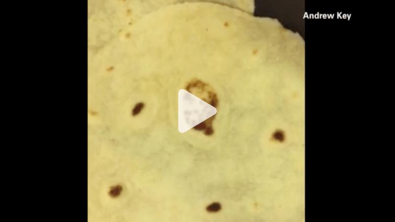 بالفيديو.. وجه المسيح على قطعة خبز!!