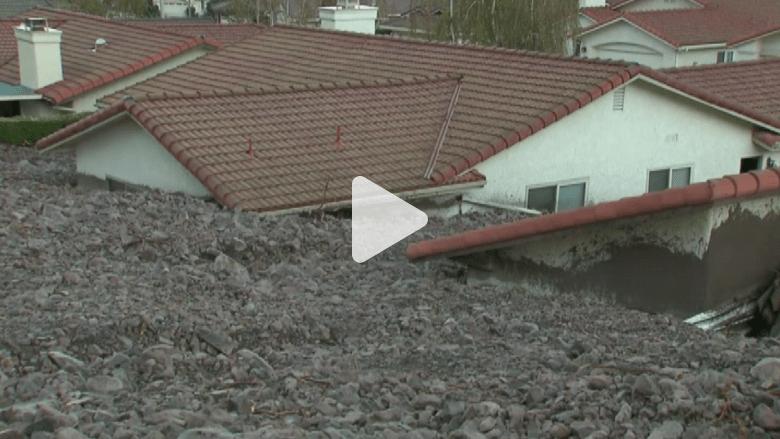 بالفيديو.. انهيارات طينية تطمر عشرات المنازل في كاليفورنيا