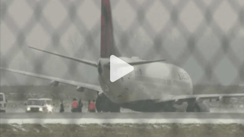 بالفيديو.. انزلاق طائرة أمريكية على المدرج لدى هبوطها بسبب الجليد