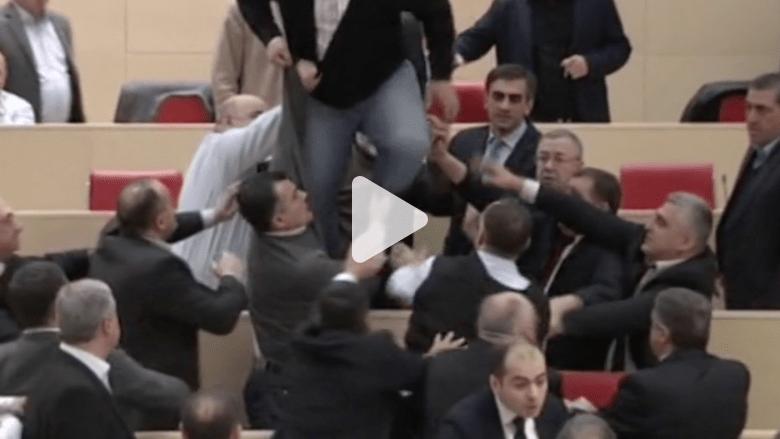 بالفيديو.. تحول نقاش في البرلمان الجورجي إلى معركة لكمات