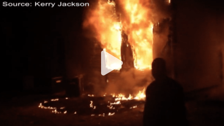 مصور يشجع طفلاً على النجاة من النار ليصبح جزءاً من الحدث