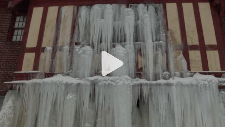 البرد يحول مأساة منزل إلى مشهد رائع