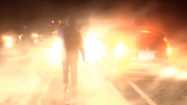 شاهد .. سيارات تعلق وسط عواصف ثلجية حدت الرؤيا إلى 50 مترا فقط