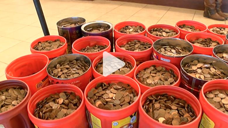 رجل يجمع عملات على مدى 60 عاما وتزن أكثر من 200 كلغ
