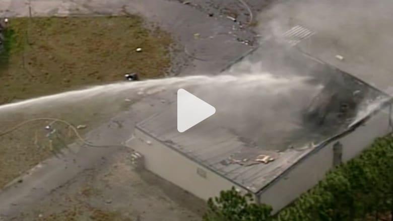 بالفيديو.. تحطم طائرة واصطدامها بمستودع مواد كيميائية في فلوريدا