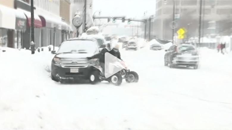 كاميرا تلتقط اصطدام دراجة نارية بسيارة وهروب سائقها
