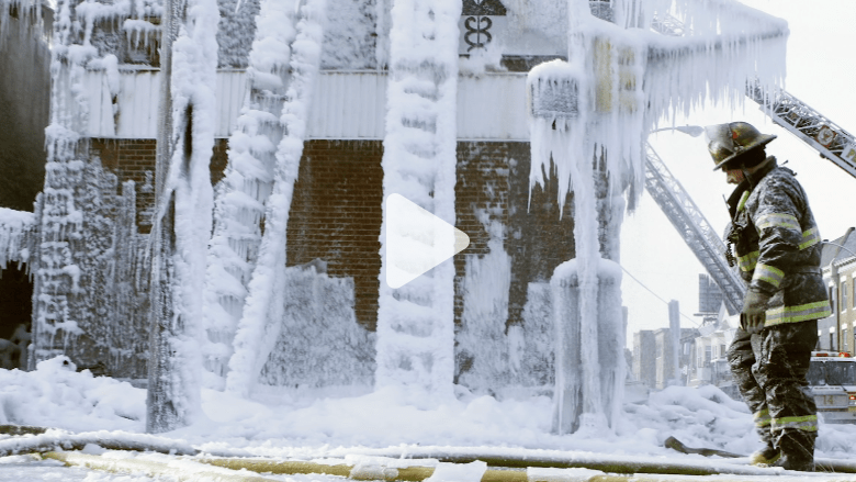 منزل يتحول من كتلة محترقة لتحفة جليدية