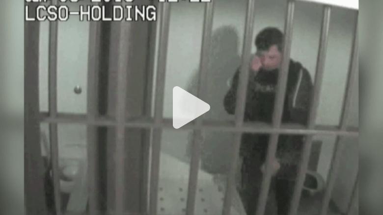 بالفيديو.. رجل يضرب نفسه بالسجن ويتهم المحققين بذلك