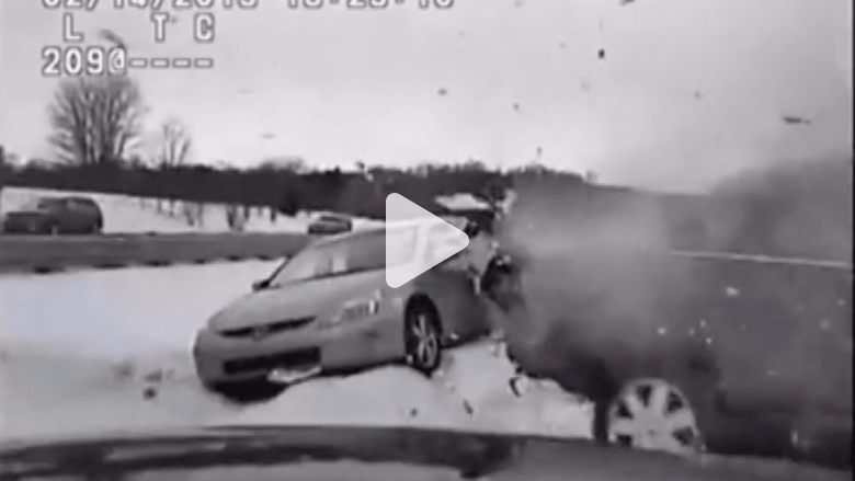 بالفيديو.. لحظة صدم سيارة لشرطي يقدم المساعدة لسائق آخر